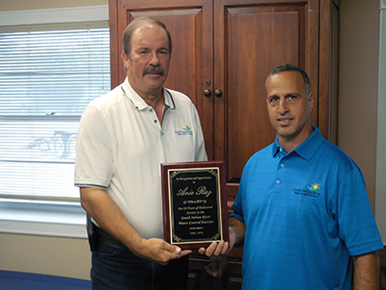 President Stephen Hinkle presents Level 3 Operator Arie Raz an award for 20 years of service.
